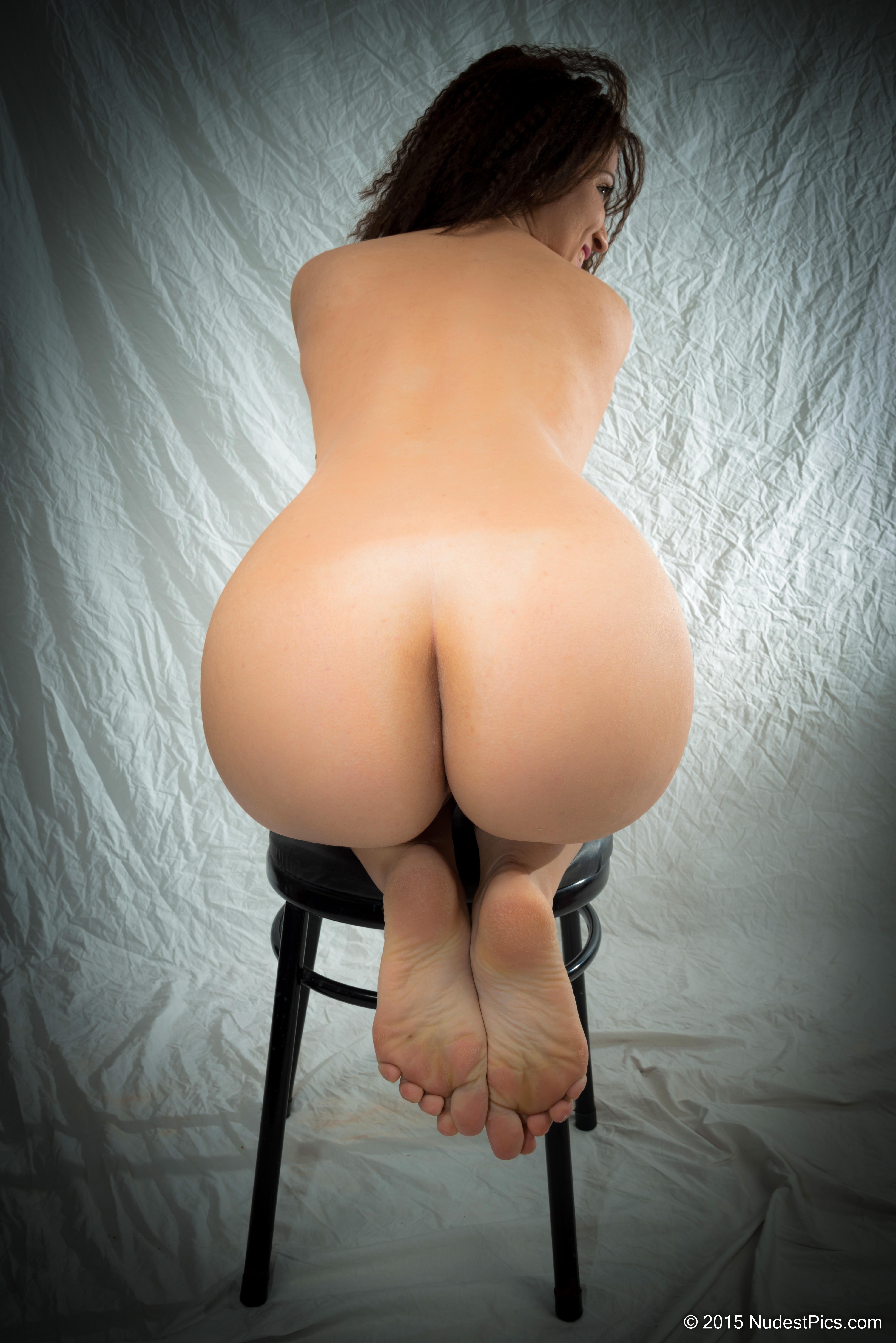 Plump Girl's Bare Butt HD