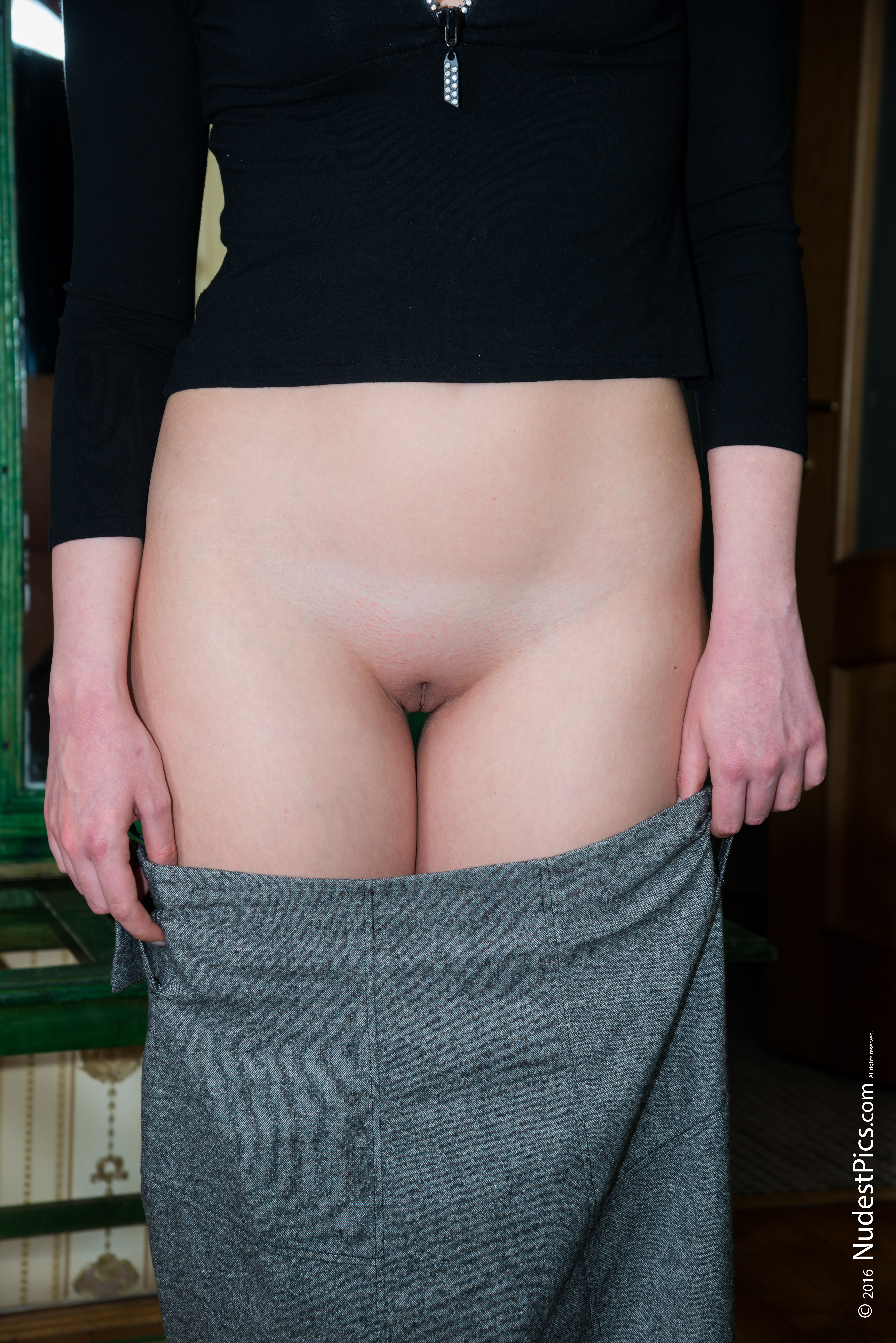 Shaved White Pussy out of Skirt HD