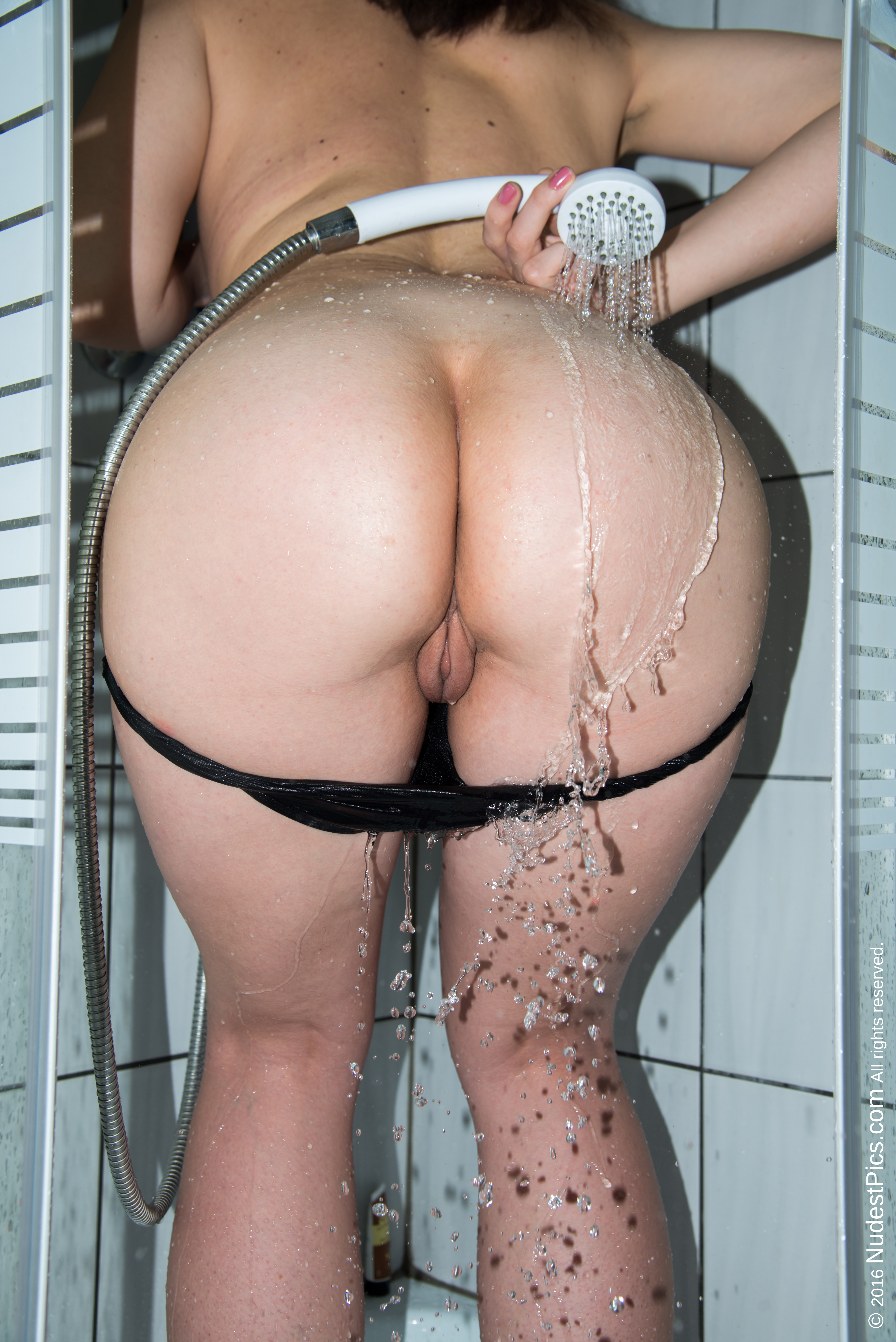 Showering her Plump Bum Undressed Pussy